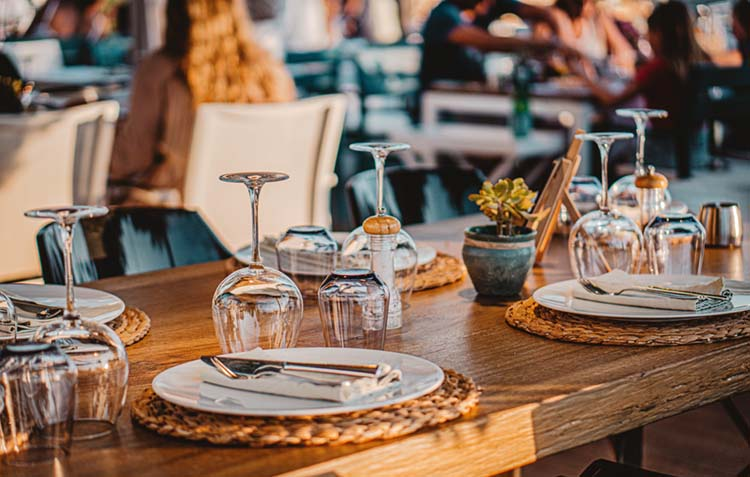 Al Fresco Dining during Golden Hour | photo by Carlos Lindner | featured on I Do Y'all for Dine Like a Local with Visit Ridgeland